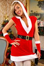 Фотография Рождество Melanie walsh Блондинки Капюшоне Рука Униформе Смотрит Улыбается