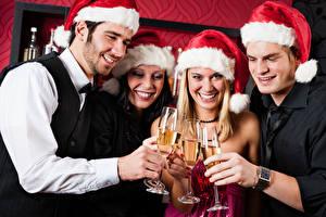 Hintergrundbilder Neujahr Mann Schaumwein Mütze Weinglas Lächeln Hand junge frau