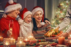 Hintergrundbilder Neujahr Mutter Kerzen Familie Kleine Mädchen Mütze Lächeln kind