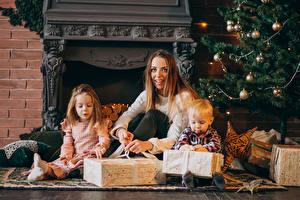 Hintergrundbilder Neujahr Mutter Kleine Mädchen Junge Geschenke Kugeln Kinder Mädchens