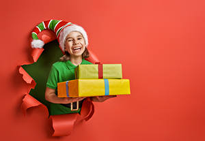Hintergrundbilder Neujahr Roter Hintergrund Kleine Mädchen Mütze Geschenke Glücklich kind