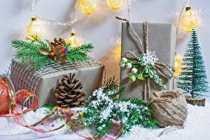 Hintergrundbilder Neujahr Schnee Ast Geschenke Zapfen Schneeflocken Lichterkette
