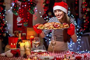 Fotos Neujahr Tischtermine Kerzen Hühnerbraten Braune Haare Lächeln Starren Mütze junge frau