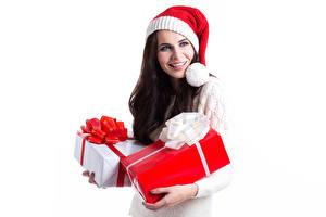 Hintergrundbilder Neujahr Weißer hintergrund Brünette Mütze Geschenke Blick junge Frauen