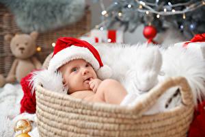 Bilder Neujahr Weidenkorb Säugling Mütze