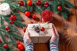 Bilder Neujahr Bretter Hand Geschenke Ast Kugeln