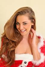 Bilder Daisy Watts Neujahr Braunhaarige Blick Lächeln Hand Haar junge Frauen