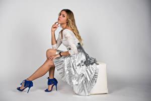 Bilder Posiert Sitzend Bein Rock Blond Mädchen Eleonora junge frau