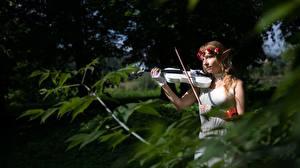 Hintergrundbilder Elfen Violine Unscharfer Hintergrund Kranz Braunhaarige junge frau