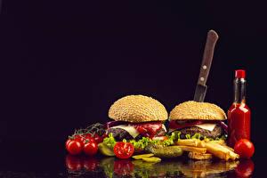 Hintergrundbilder Fast food Burger Brötchen Tomaten Fritten Messer Schwarzer Hintergrund Flaschen