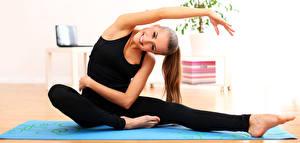 Fotos Fitness Gymnastik Braunhaarige Sitzt Lächeln Hand Bein junge Frauen