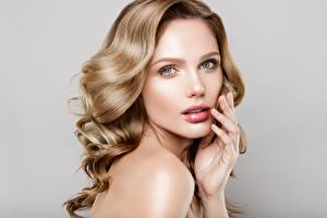 Bilder Grauer Hintergrund Hand Schminke Model Haar Starren Frisuren junge frau