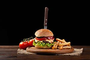 Hintergrundbilder Burger Tomate Pommes frites Messer Schwarzer Hintergrund Schneidebrett