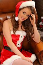Hintergrundbilder Jess Impiazzi Neujahr Mütze Braune Haare Starren Hand Lächeln Sitzt