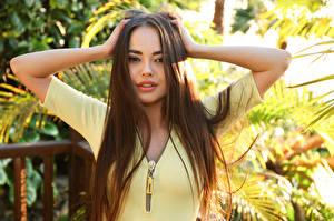 Fotos Unscharfer Hintergrund Pose Hand Braune Haare Model Haar Blick Li Moon