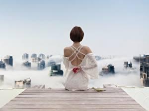 Fotos Bootssteg Braune Haare Hinten Kleid Sitzt Rücken junge frau