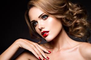 Bilder Model Hand Maniküre Gesicht Schminke Rote Lippen Haar Schöne junge frau
