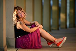 Bilder Unscharfer Hintergrund Sitzt Bein Rock Lächeln Tätowierung Blondine Niedlich Starren Selina junge frau