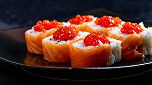 Tapety na pulpit Sushi Kawior Ryby Ryż Zbliżenie