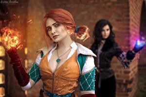 Bilder The Witcher 3: Wild Hunt Magie Rotschopf Unscharfer Hintergrund Starren Dekolletee Triss Merigold, Yennefer, Kristina Borodkina junge frau