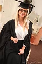 Desktop hintergrundbilder Vendula Bednarova Blond Mädchen Der Hut Starren Brille Lächeln Hand junge Frauen
