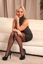 Hintergrundbilder Vendula Bednarova Couch Blondine Lächeln Hand Sitzt Bein High Heels junge frau