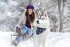 Bilder Winter Hunde Schnee Siberian Husky Lächeln Schlitten