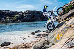Fotos Motorradfahrer Uniform Felsen 2016-20 Husqvarna TE 300 Motorrad