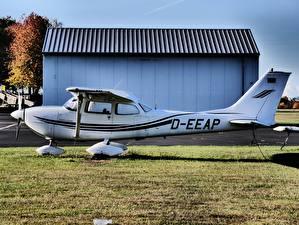 Hintergrundbilder Flugzeuge Weiß Seitlich Gras Cessna 172 Skyhawk