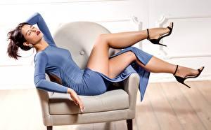 Hintergrundbilder Sessel Posiert Bein Kleid Braune Haare Schöne junge frau