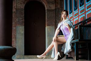 Hintergrundbilder Asiatisches Bank (Möbel) Sitzen Kleid Stöckelschuh Bein Braunhaarige Blick Mädchens