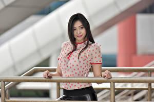 Hintergrundbilder Asiatische Unscharfer Hintergrund Hand Brünette Bluse junge frau