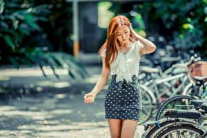 Fotos Asiaten Unscharfer Hintergrund Rock Hand Braune Haare Bluse Mädchens
