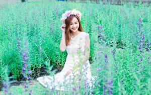 Hintergrundbilder Asiatische Braunhaarige Kranz Lächeln junge Frauen