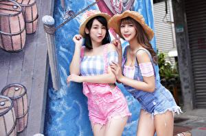 Fotos Asiatische Brünette Braunhaarige Zwei Der Hut Mädchens