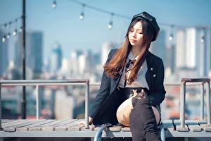 Hintergrundbilder Asiatisches Sitzend Bein Stiefel Braunhaarige Barett  junge frau