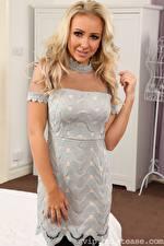 Bilder Aston Wilde Blondine Starren Lächeln Hand Kleid junge frau
