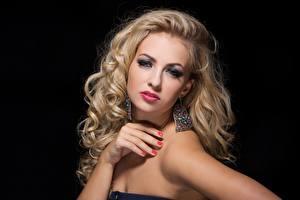 Fotos Schwarzer Hintergrund Hand Ohrring Maniküre Make Up Blond Mädchen Blick Model Haar junge Frauen