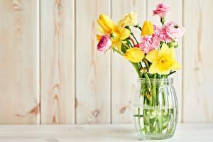 Fotos Sträuße Narzissen Nelken Tulpen Hahnenfuß Vase