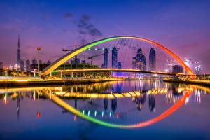 Bakgrunnsbilder En bro Dubai De forente arabiske emirater Skyskraper Kveld Tolerance Bridge en by