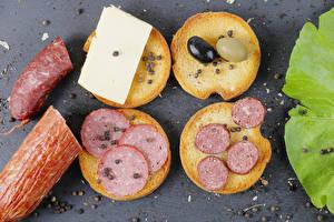 Fotos Butterbrot Brot Wurst Käse Oliven Schwarzer Pfeffer das Essen
