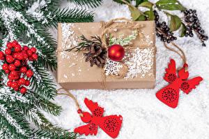 Hintergrundbilder Neujahr Beere Ast Schnee Geschenke Zapfen Kugeln