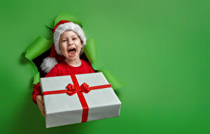 Bilder Neujahr Farbigen hintergrund Kleine Mädchen Geschenke Mütze Glücklich kind