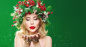 Bilder Neujahr Kreative Beere Farbigen hintergrund Blondine Ast Hand Rote Lippen junge frau