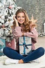 Hintergrundbilder Neujahr Süßes Lächeln Starren Geschenke Sitzend Braune Haare junge frau
