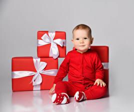 Hintergrundbilder Neujahr Grauer Hintergrund Baby Geschenke Rot Schleife Starren Sitzt kind