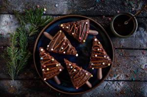 Bilder Neujahr Törtchen Schokolade Dragee Bretter Teller Tannenbaum Ast Lebensmittel