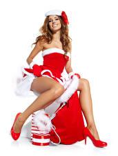 Bilder Neujahr Weißer hintergrund Braunhaarige Uniform Lächeln Sitzt Bein Stöckelschuh Mädchens