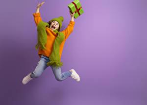Bilder Farbigen hintergrund Kleine Mädchen Sprung Geschenke Glückliche Sweatshirt Hand Schal kind