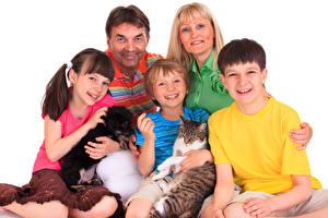 Hintergrundbilder Hund Katze Mutter Mann Weißer hintergrund Familie Jungen Kleine Mädchen Lächeln kind Tiere